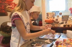 Learn to be a Chocolatier during the holidays! Children can enjoy an I Should Coco workshop in St Ives and take home their very own creations. www.carbisbayholidays.co.uk